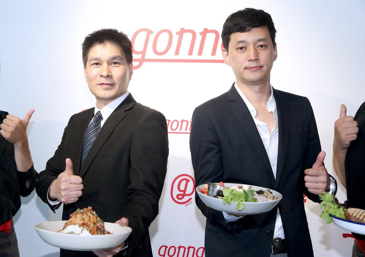 雄獅集團總經理游國珍(左)與欣食旅副總經理陳斯重(右)一同出席新餐廳gonna開...