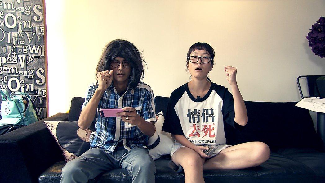 TVBS歡樂台「食尚玩家」主持人阿翔、巴鈺一開場就變身阿宅和腐妹。圖/TVBS提