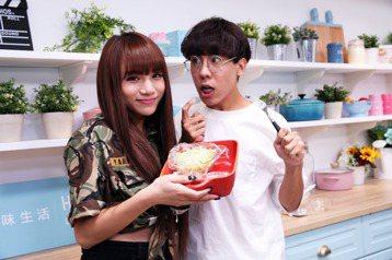 網路紅人林進及小A辣晚上參加美味生活「一秒變大廚」的直播節目。