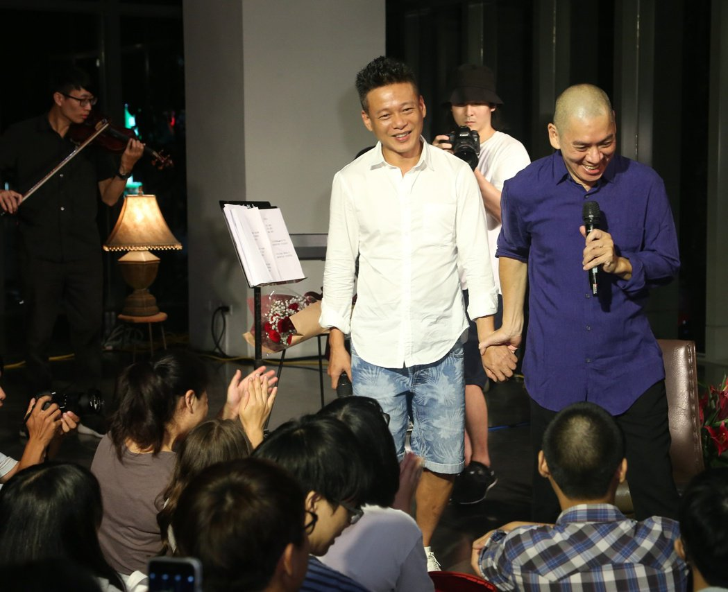 蔡明亮舉辦演唱會,李康生現身,兩人牽手放閃。記者陳立凱/攝影