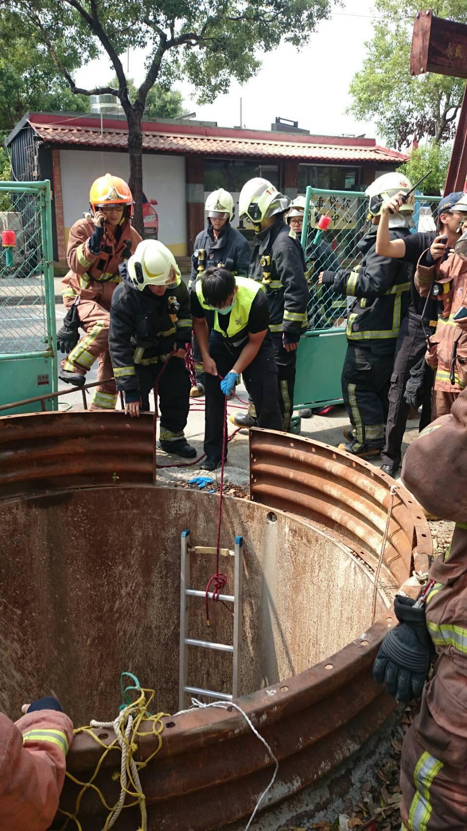 樹林下水道工程發生意外,受困的李姓男子已獲救。記者王長鼎/翻攝