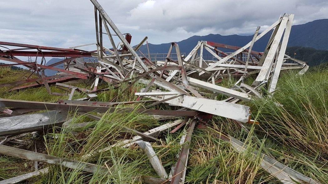 台泥公司和平電廠自有輸電鐵塔遭尼莎颱風吹垮,影響台灣供電。 圖/民眾提供