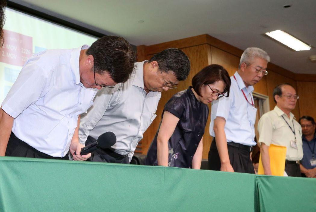 中油董事長陳金德(左一)與中油高層一起向社會各界致歉。 記者胡經周/攝影