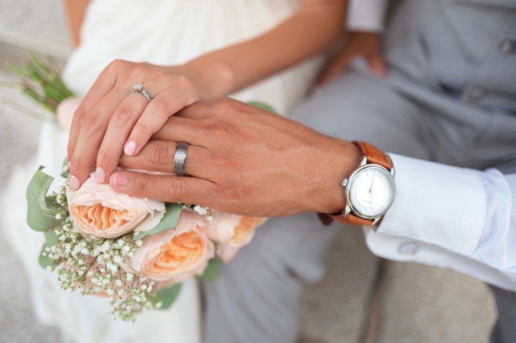 年收400萬求婚只給「小」鑽戒 她抱怨男友反被酸