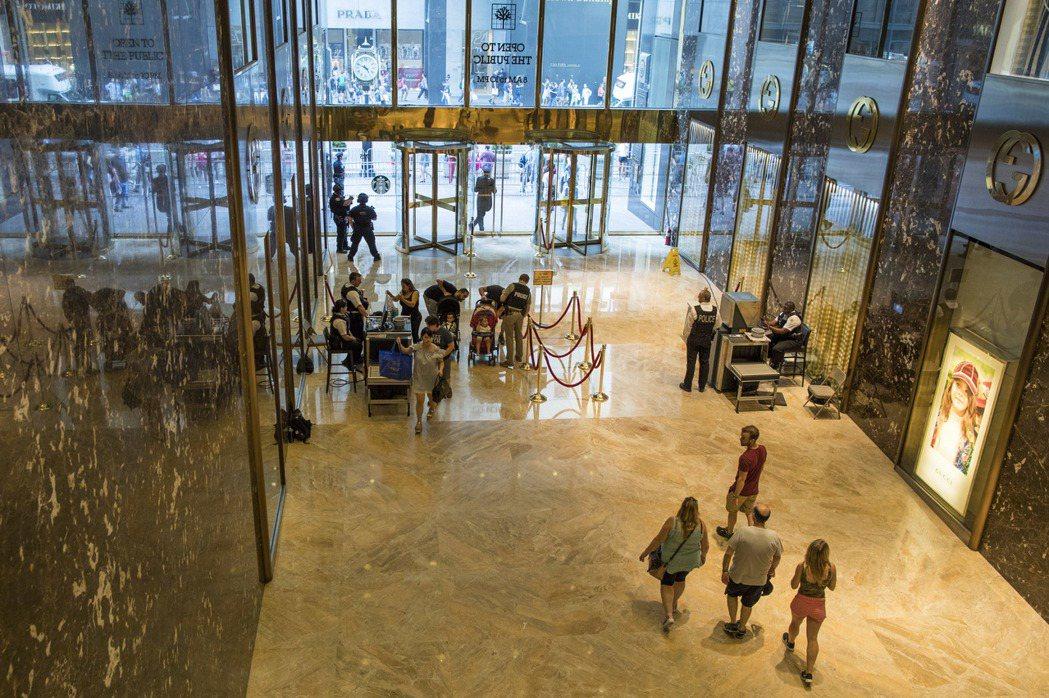 川普13日回川普大廈小住,是他就任總統後首次回老家,安全人員在大樓入口加強管制。...
