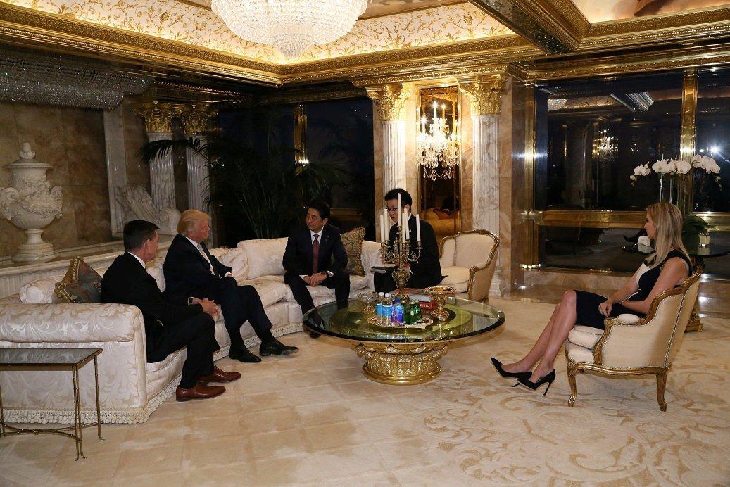 川普(左二)去年當選後就職前曾在川普大廈和日相安倍晉三(中)會面。  路透