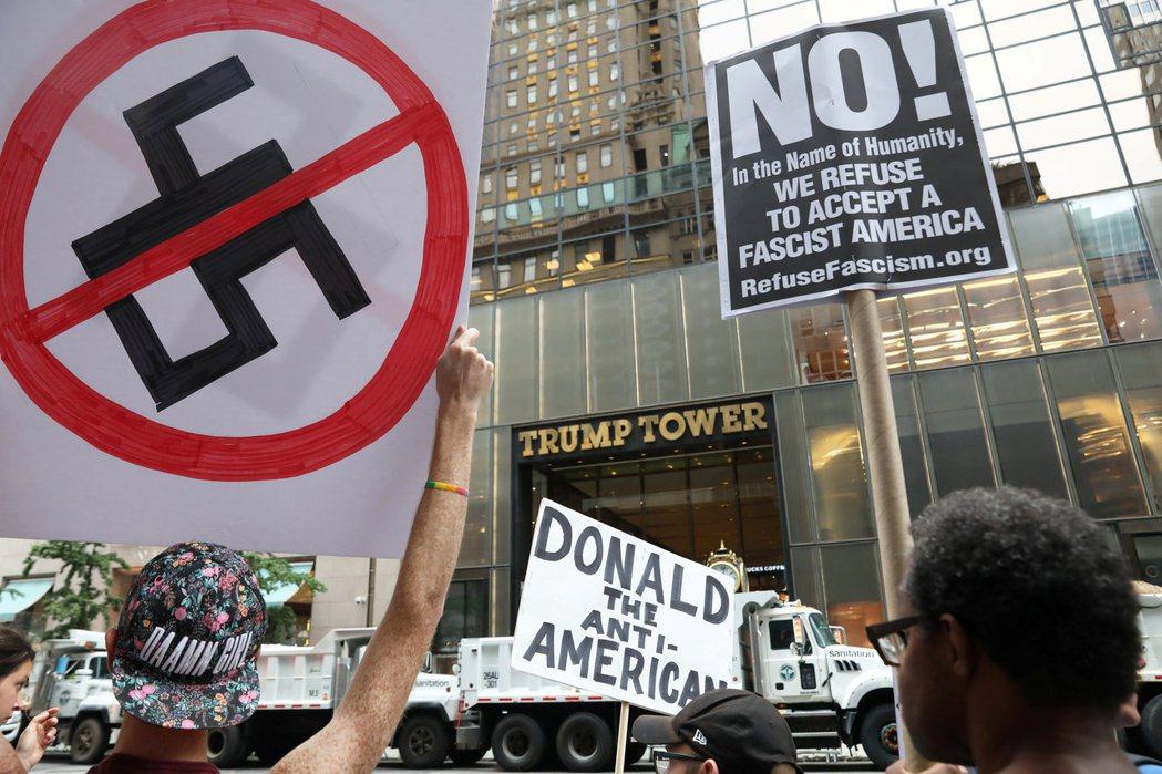川普大廈前14日有不少人示威,抗議川普沒有全力譴責駕車衝撞人的白人種族主義分子。...