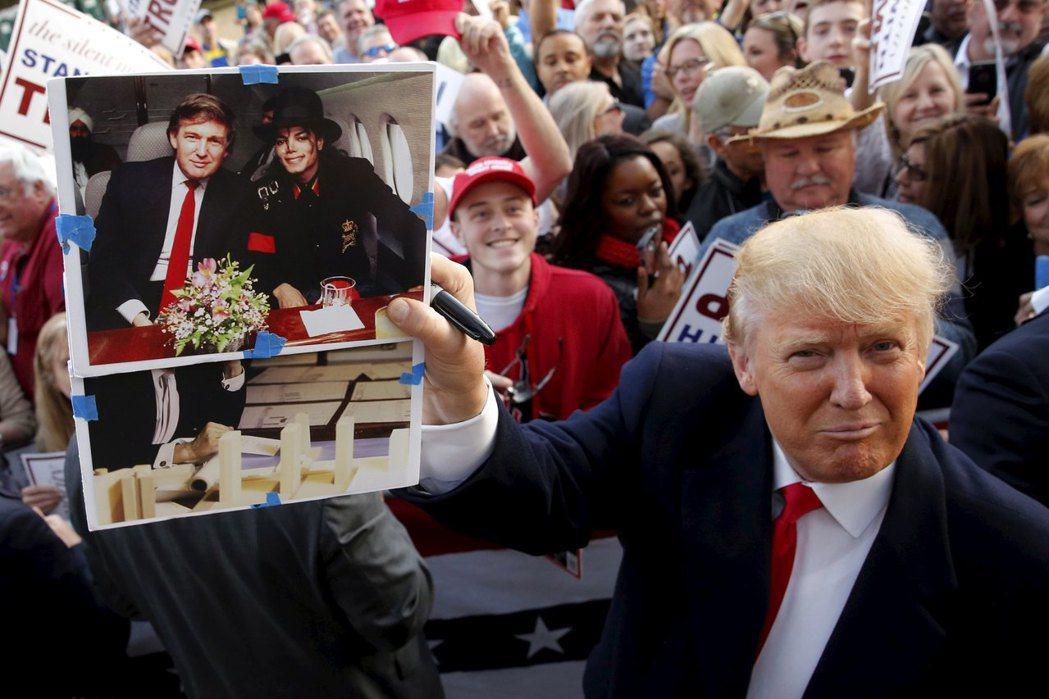 川普去年競選總統期間秀出自己當年跟麥可傑克森的合照,提供照片的收藏家希望川普簽名...
