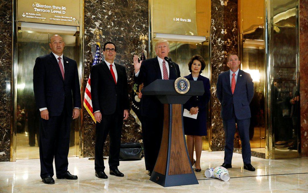 川普(中)15日在運輸部長趙小蘭(右二)等官員陪同下,在川普大廈門廳發表談話。...