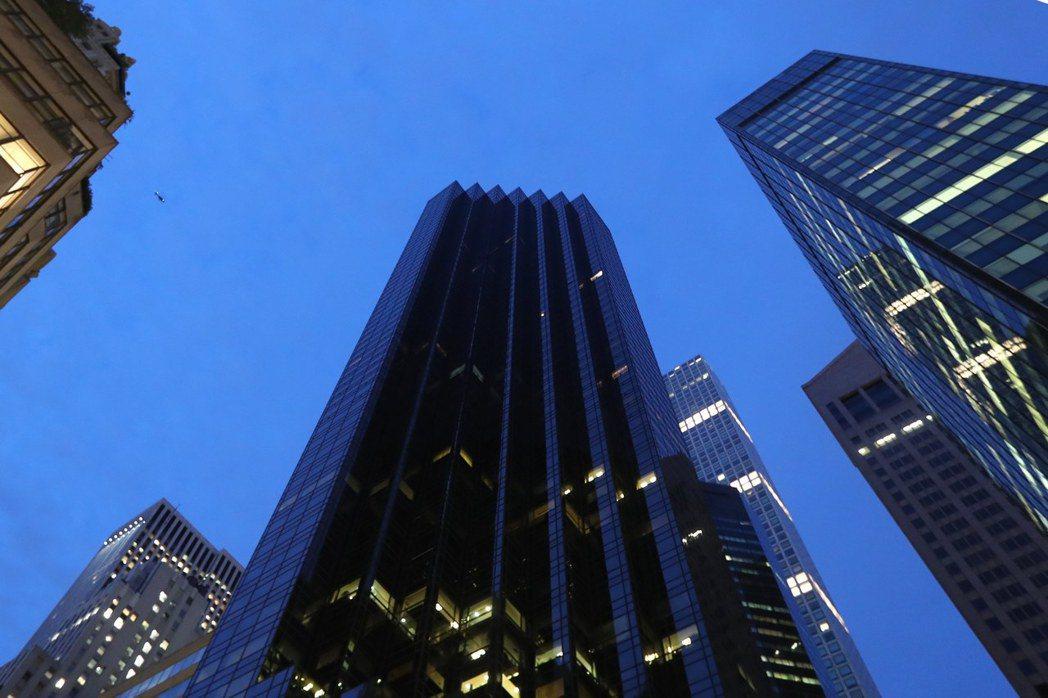 夜裡仰望川普大廈。 歐洲圖片新聞社