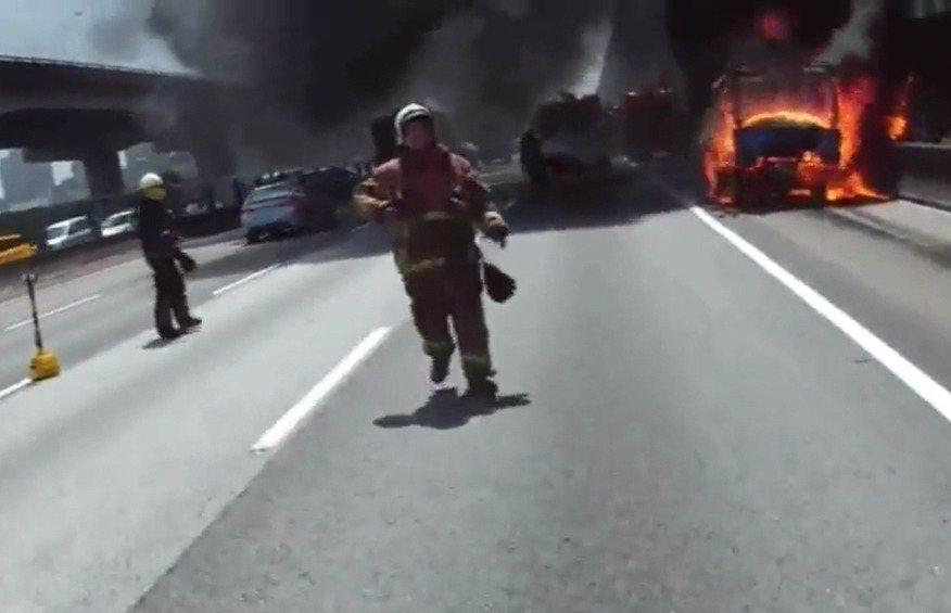 國道火警對於消防員來說是重要考驗。 記者陳雕文/翻攝