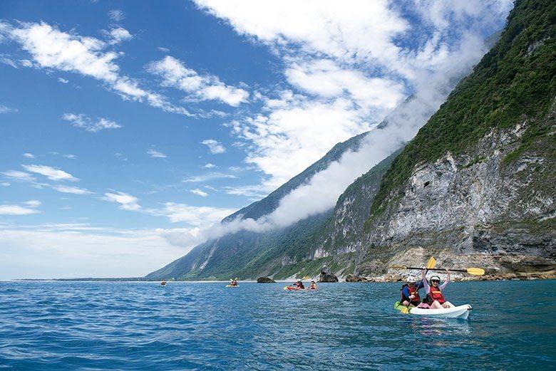 太魯閣晶英酒店邀請賓客至清水斷崖划獨木舟,一睹台灣最壯麗的風光。