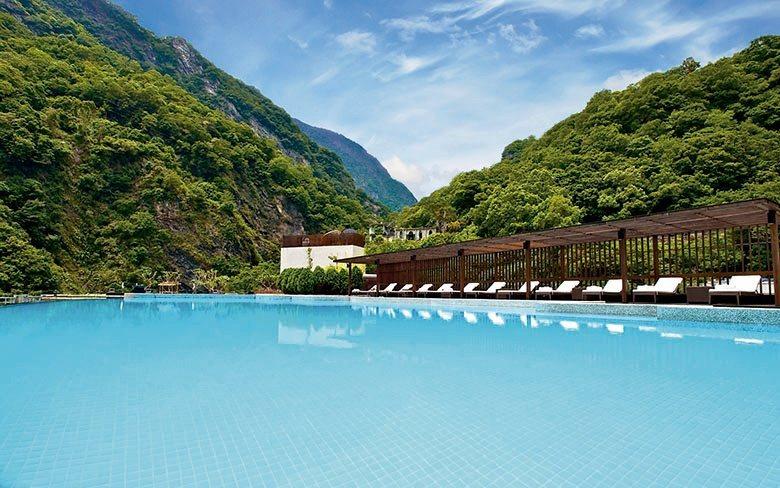 酒店頂樓的露天無邊際泳池,是台灣最美的飯店泳池之一。