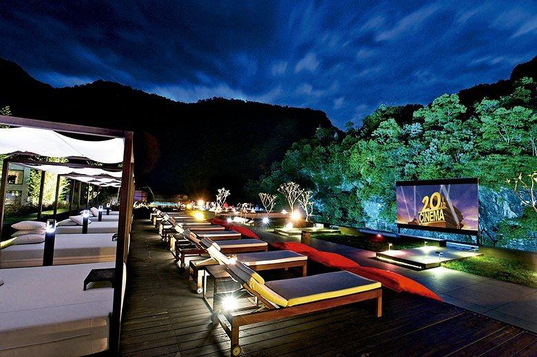 夜幕低垂時刻於池畔觀賞星空影院。