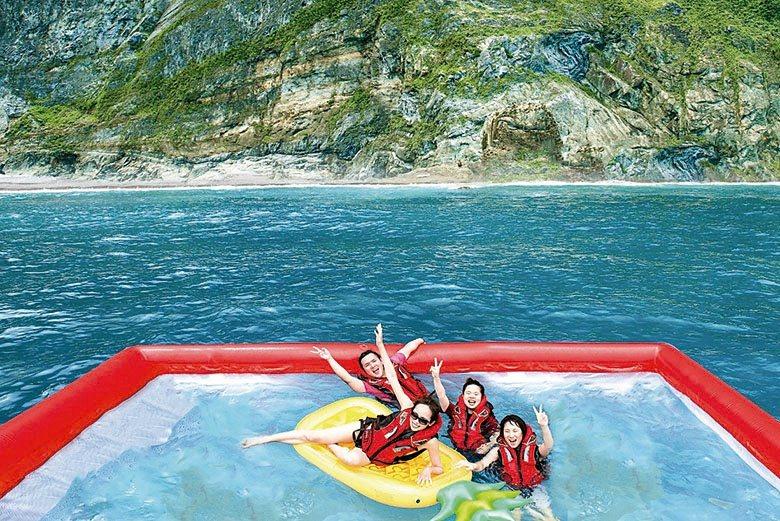 直接由遊艇在海上佈置泳池,享受躍入太平洋的快感。