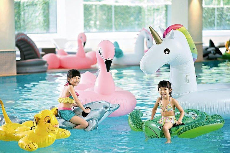 室內泳池提供各式各樣的充氣玩具,讓過暑假的小朋友玩得開心。