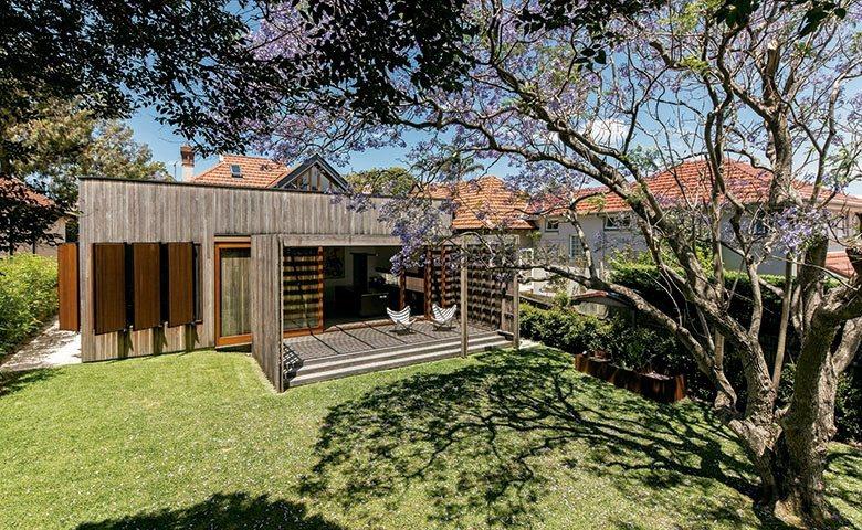 使用木造材質翻新屋宅外觀,與院落景致成互交映,增添生活中的清新逸致。