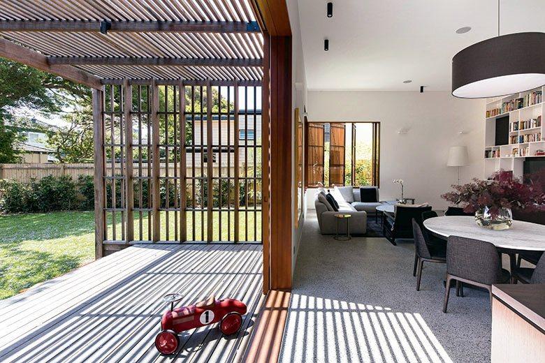 多面門窗設計為室內空間帶來涼爽宜人的對流空氣。