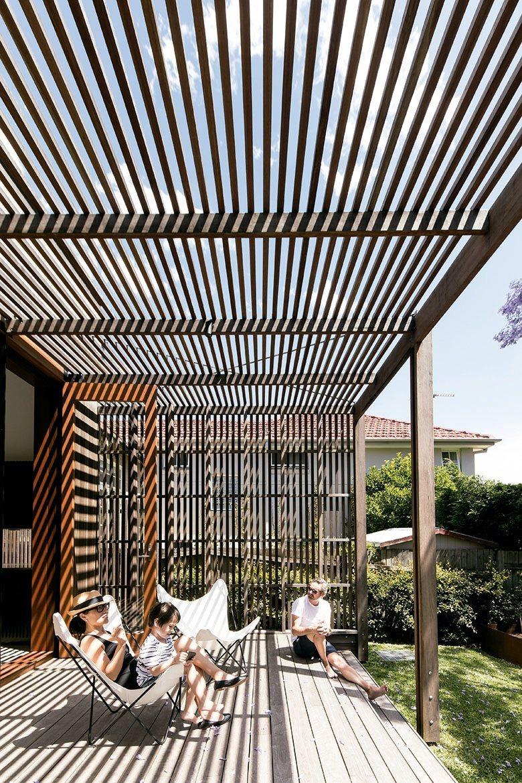 大量直條木櫺搭配玻璃窗的設計,有效提供陽光篩濾作用,隨著與家人相聚在甲板上的時間...