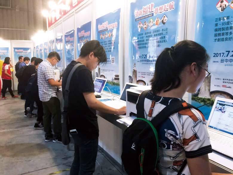 閩企赴臺舉辦的招聘會吸引了大批臺灣人才應聘。
