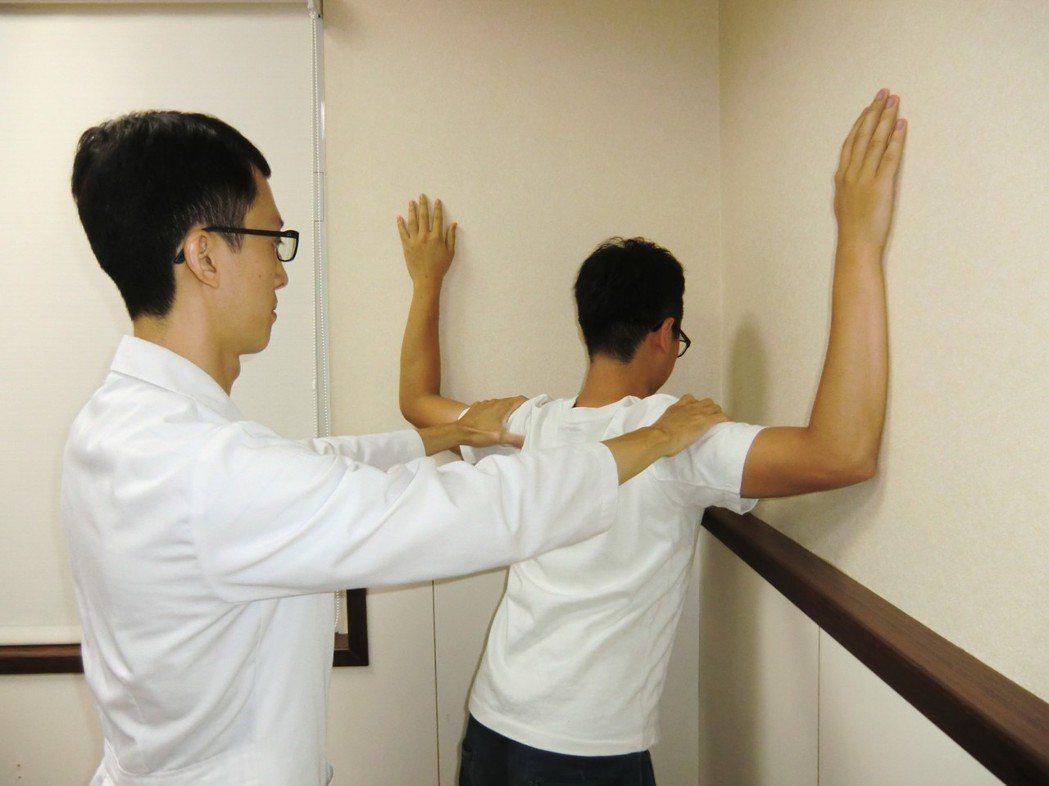 拉筋伸展第一招「擴胸伸展運動」:在90度轉角的牆壁前,雙手平舉90度,手臂靠牆、...