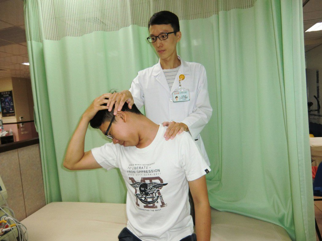 拉筋伸展第二招「頸部伸展運動」:採坐姿,腰挺直,頭部轉右側(拉左側筋膜),右手輕...