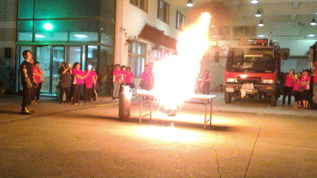 油鍋起火勿澆水 消防員:正確滅火蓋上鍋蓋