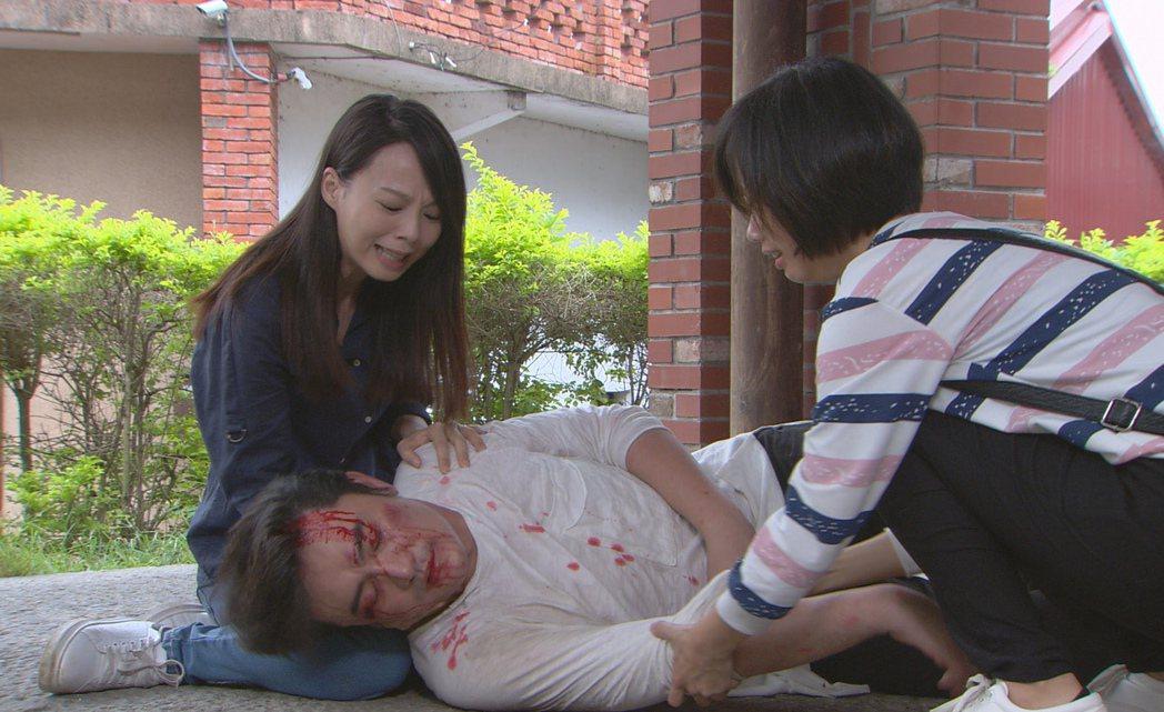 李㼈(中)劇中被打趴在地。圖/台視提供