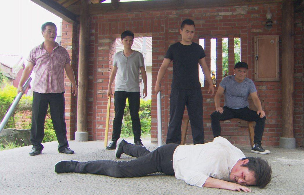 李㼈(前)劇中被打趴在地。圖/台視提供