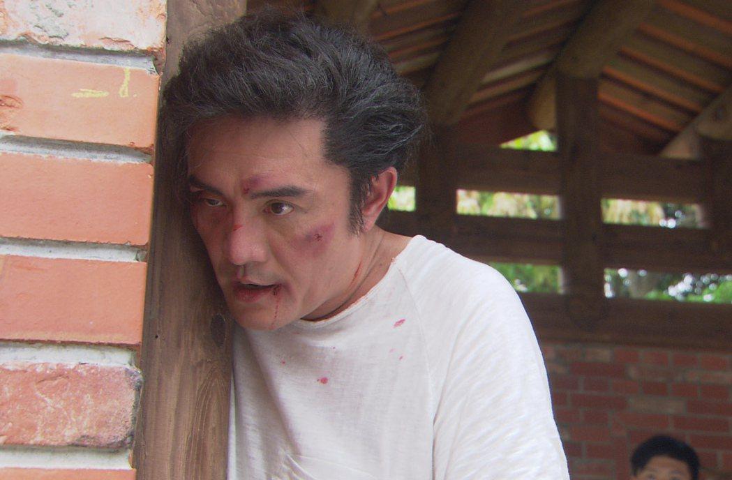 李㼈劇中被打到頭破血流。圖/台視提供