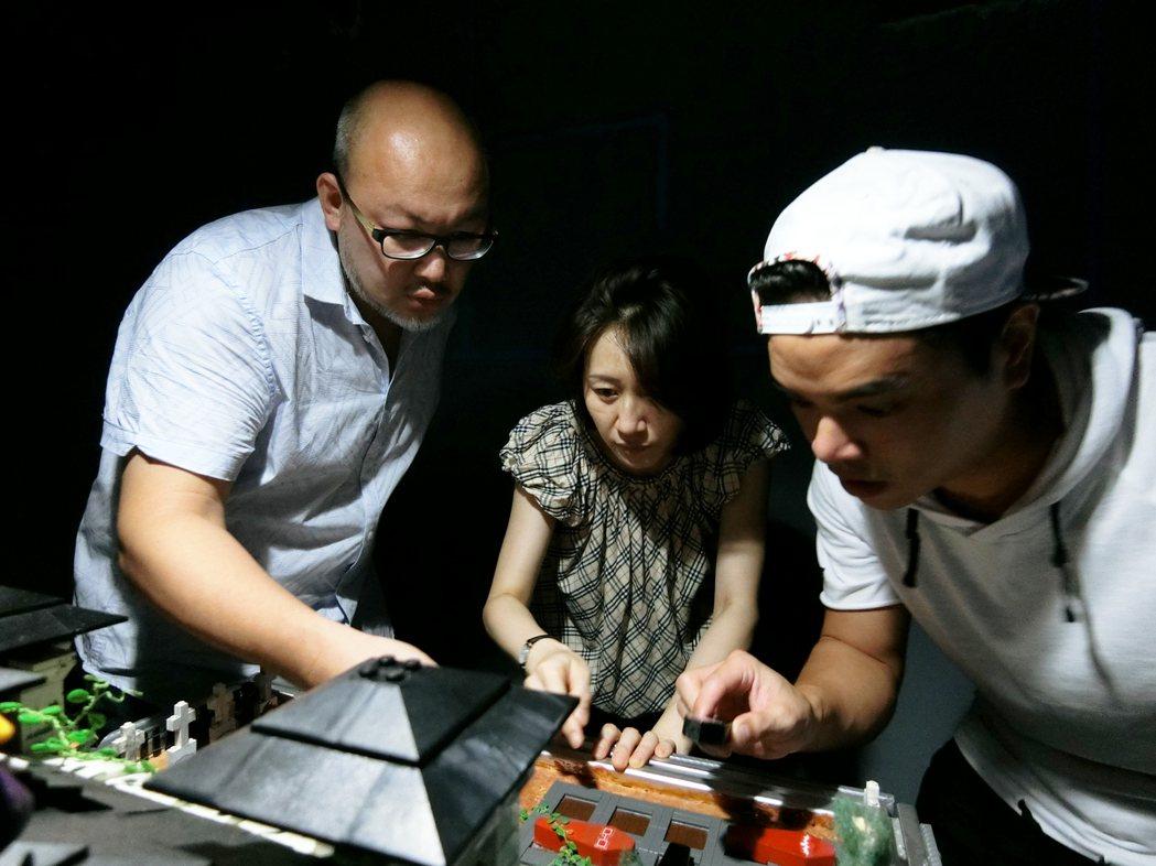 劉亮佐(左)與劉珊珊、郭耀仁等人參與密室逃脫 圖/故事工廠提供