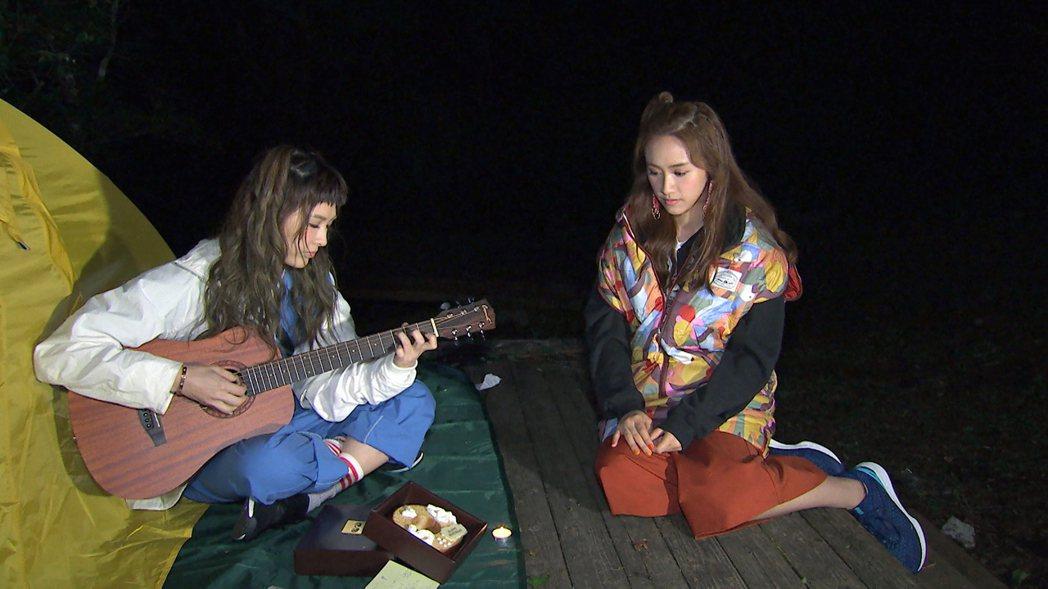 魏如昀(左)寫歌自彈自唱 送給Sandy當生日禮物 。圖/TVBS提供