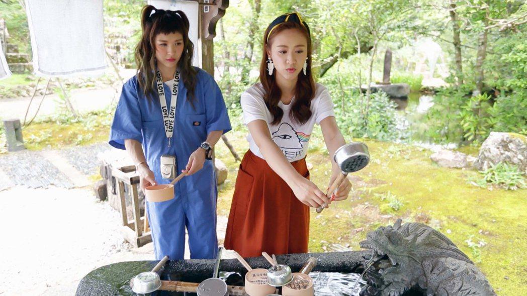 魏如昀(左)與Sandy遵循日本文化,洗手後參拜許願五台山竹林寺。圖/TVBS提...