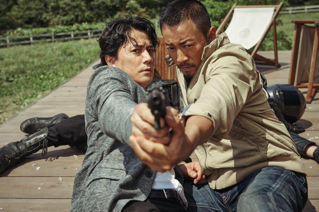 張涵予(右)與福山雅治在「追捕」中首度合作。圖/華映提供