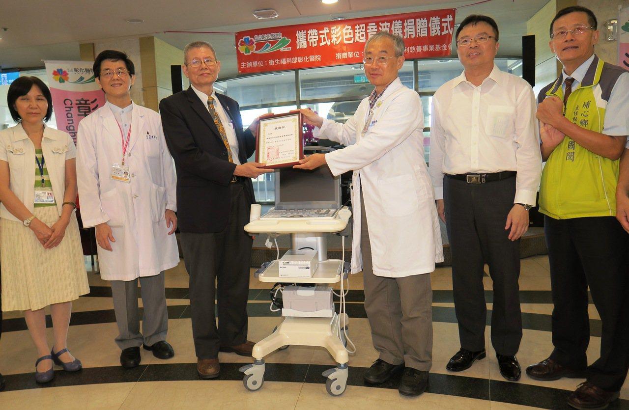 寶劍贈英雄 基金會捐百萬彩色超音波儀給愛心名醫