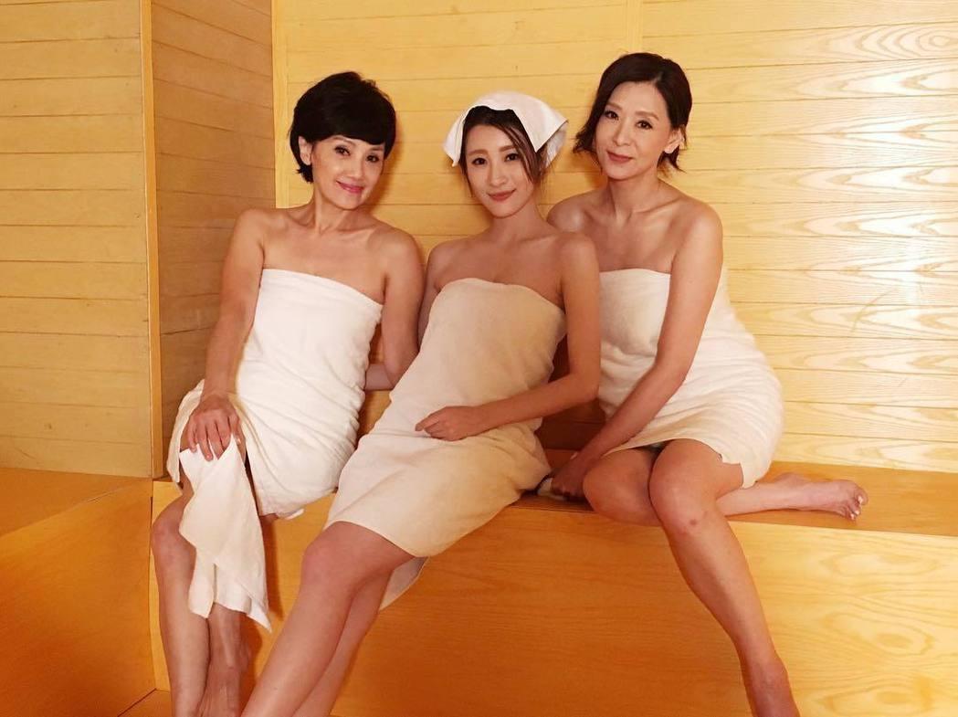 韓馬利(左起)、林夏薇、夏文汐在新劇中一起泡桑拿,露肩與腿秀性感。圖/摘自Ins...