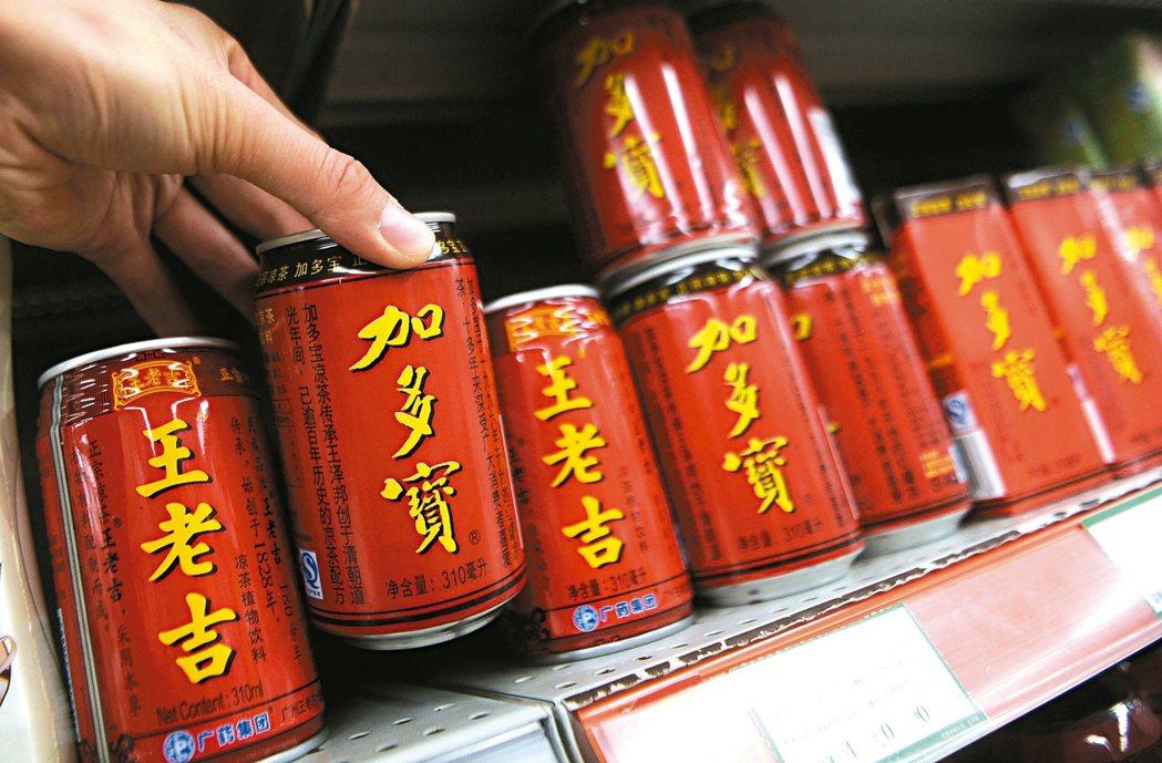 大陸超市賣的「王老吉」與「加多寶」紅罐飲料,兩者外觀十分類似。 中新社資料照片