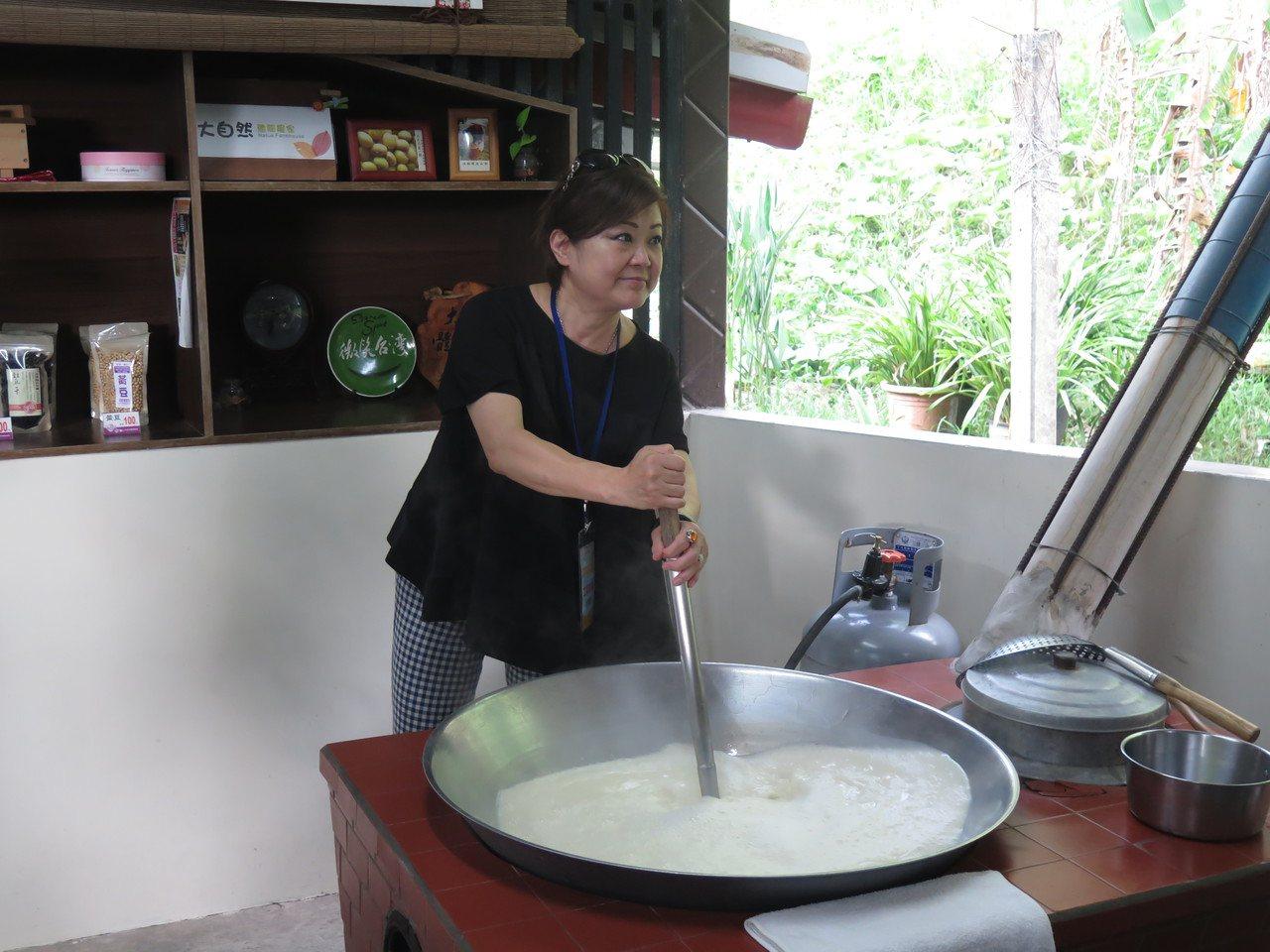 「羅山大自然體驗農家」可讓遊客磨豆漿、做豆腐DIY活動。 記者徐庭揚/攝影