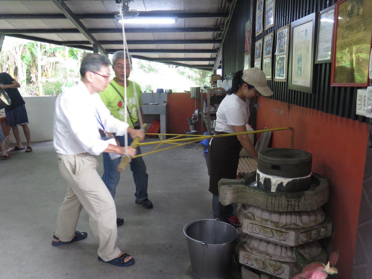 「羅山大自然體驗農家」裡,遊客可DIY磨豆漿。 記者徐庭揚/攝影