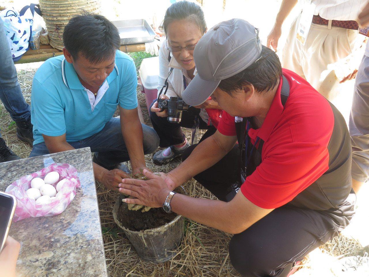 遊客還能在田裡玩農趣,體驗泥巴封窯。 記者徐庭揚/攝影