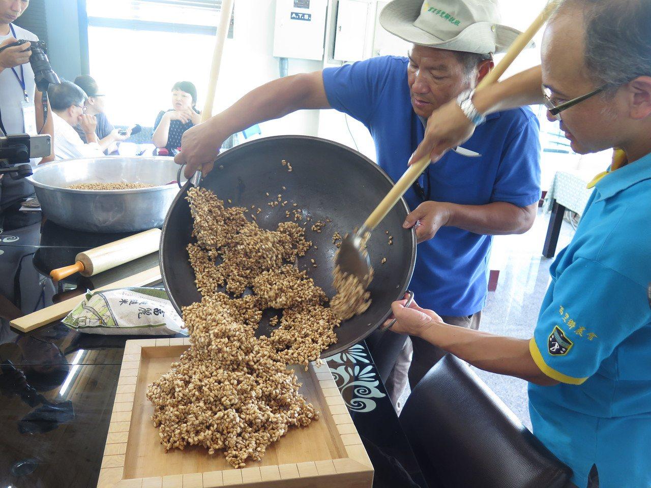 富里鄉農會利用在地的特產米製作米香。 記者徐庭揚/攝影