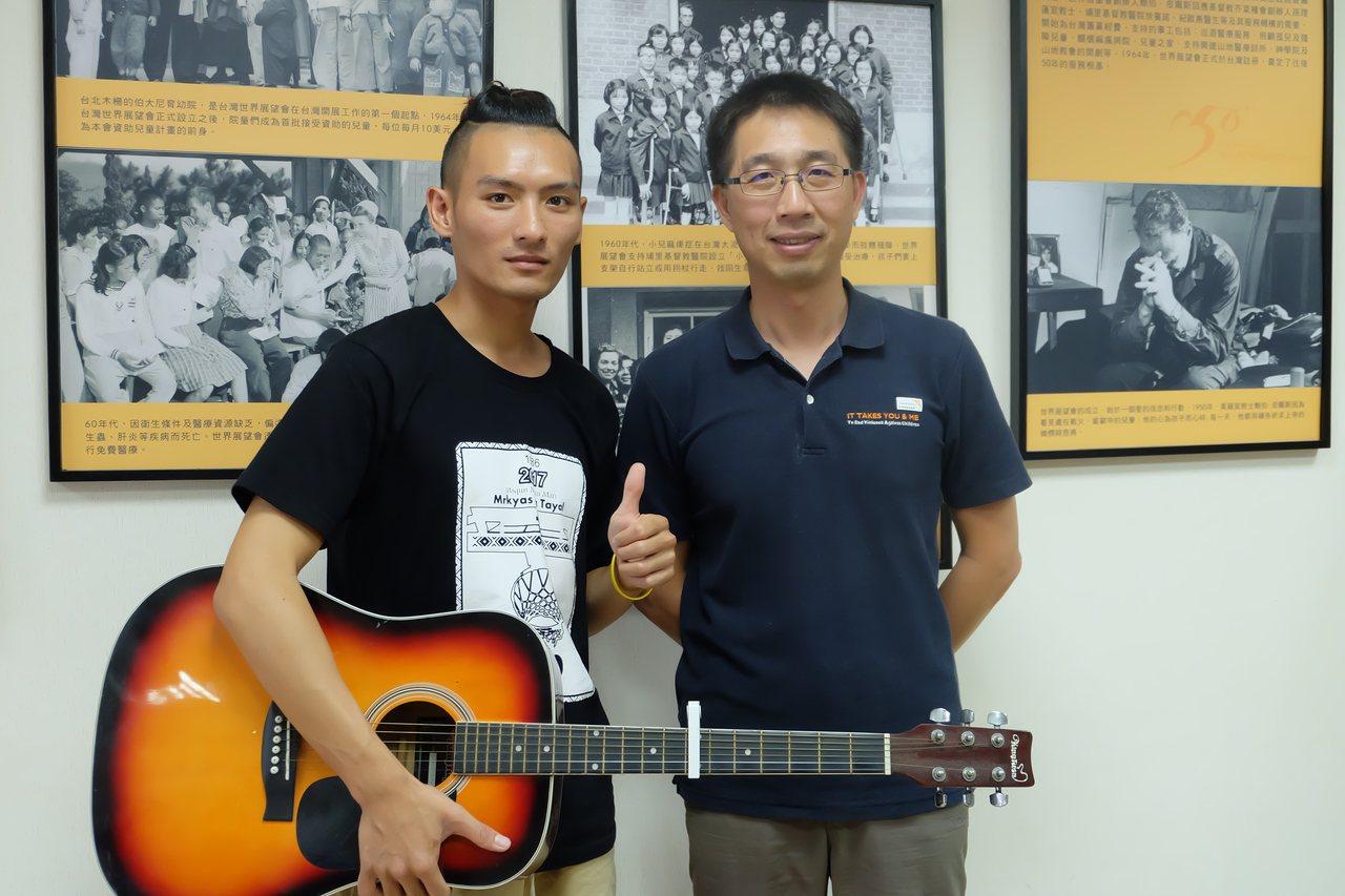 泰雅青年吳以諾(左)受台灣世界展望會資助13年,昨天他對展望會東區辦事處主任蕭文...