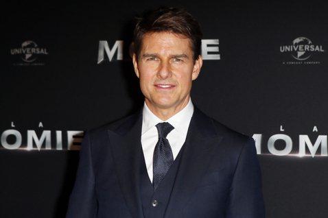 美國媒體今天報導,好萊塢影星「阿湯哥」湯姆克魯斯拍攝「不可能的任務6」(Mission: Impossible 6)一場特技戲時腳踝嚴重受傷,可能有兩處骨折,電影須停拍長達3個月。法新社報導,55歲...