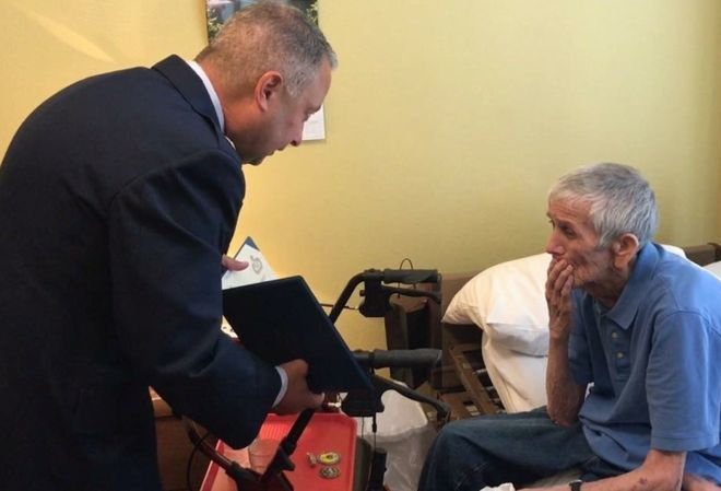 拉夫拉齊亞帶給席爾克一張美國空軍的嘉獎令,和美國空軍土木工程隊的徽章和紀念幣。圖...