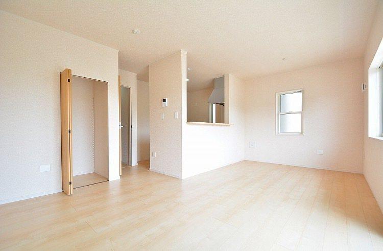 一名台灣人在東京近郊買房,1棟2層樓的獨棟新屋不到台幣800萬元。圖為客廳。 圖...
