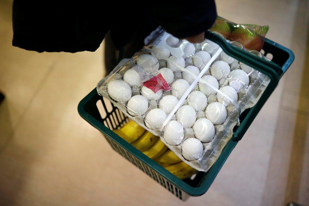 總共有67座蛋雞場淪陷,檢出分別含有超標的殺蟲劑芬普尼與農藥畢芬寧含量的雞蛋。...