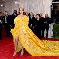 駕馭不了蕾哈娜的經典龍袍裝?這款小物連妳都能輕鬆穿