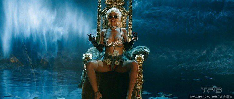 蕾哈娜在〈Pour It Up〉MV中的造型相當經典。圖/達志影像