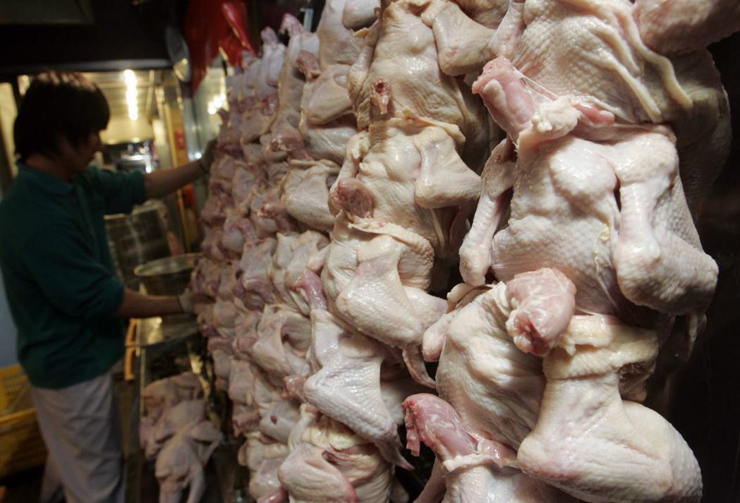一造認為肉雞危害「可能性低」,另一方則表示安全「無法擔保」。 圖/路透社