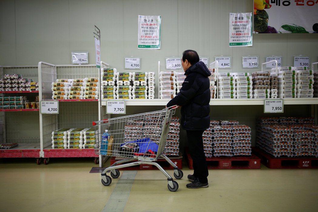 上半年,南韓才碰上禽流感,蛋價大漲,現在又爆發毒雞蛋風波。 圖/路透社